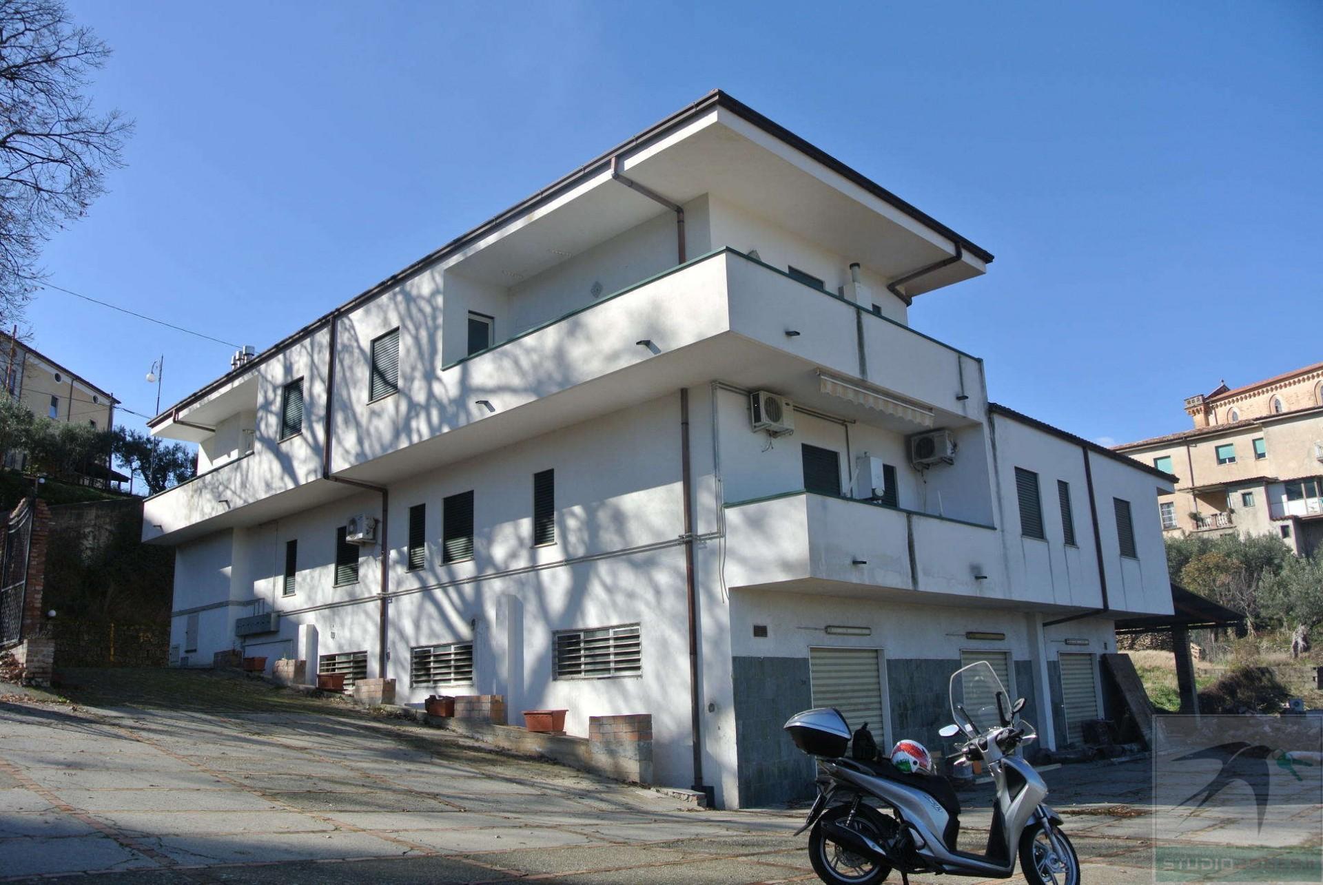 Intero fabbricato in Vendita 1037,00 mq - N. camere: 18 - - Mendicino - Tivolille-SanPaolo-Candelise (CS)